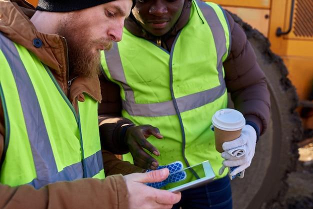 デジタルタブレットを使用する鉱山労働者