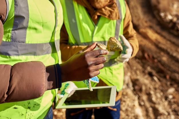 鉱山労働者が鉱物のクローズアップを求めて現場を調査