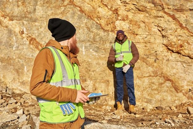 金鉱山労働者が作業現場を検査