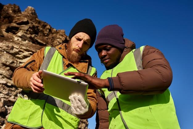 鉱夫の乗組員が土地を検査
