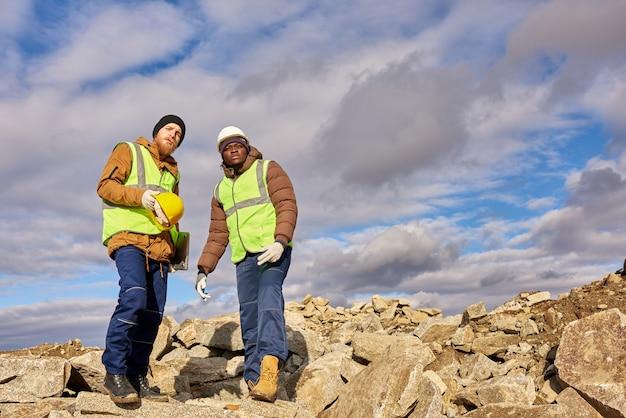 鉱山労働者が発掘現場を検査