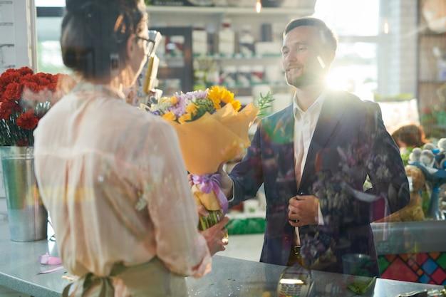 紳士は花を買う