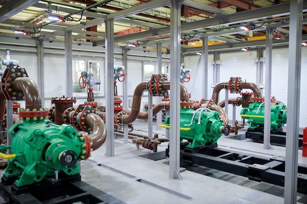 工場での配管部品