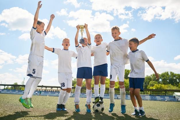 勝利を祝うジュニアサッカーチーム