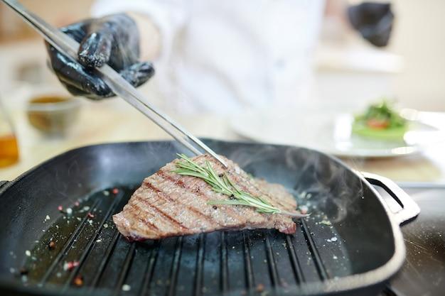 レストランでの肉焼き