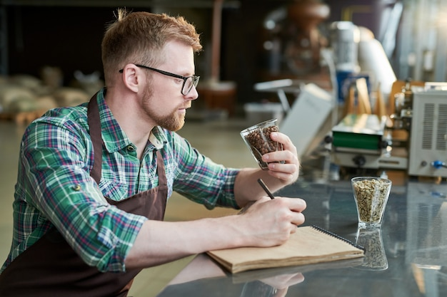 Бариста, исследующая кофейное жаркое