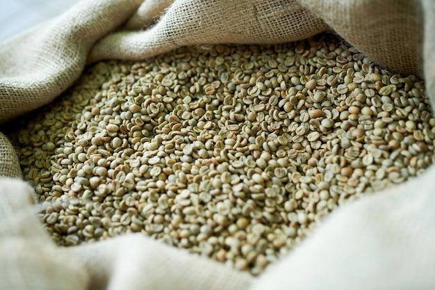 Зеленый кофе в зернах в мешке