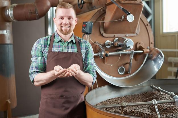 機械でポーズするコーヒーロースター