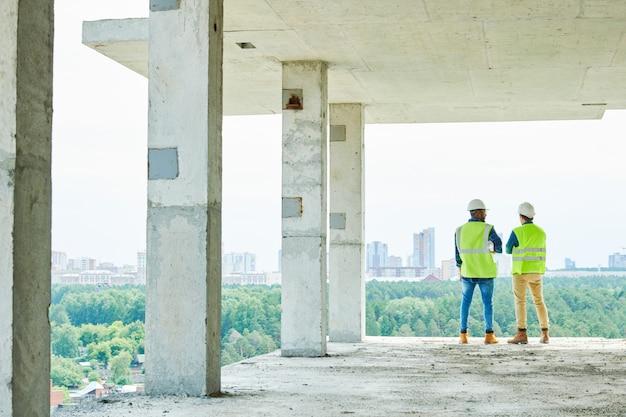 新しい建設のための森林破壊を議論するエンジニア