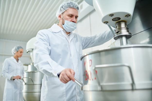 Вид сбоку сладкой продукции на легкой фабрике