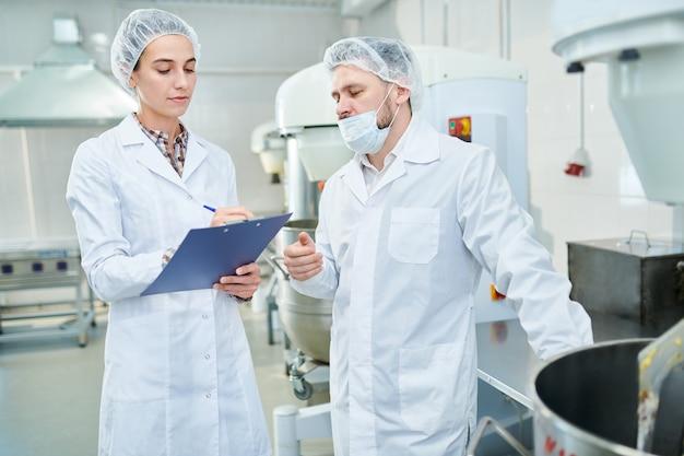 Профессиональные кондитеры обсуждают на фабрике