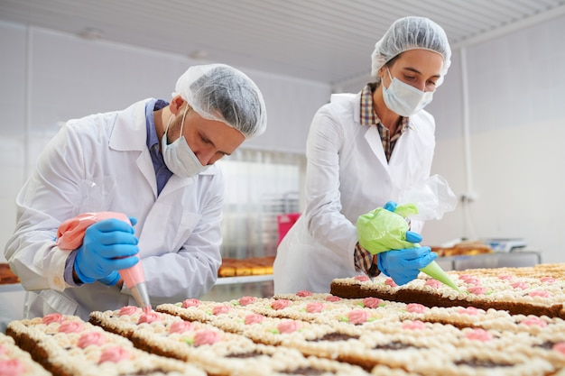 Процесс украшения тортов на фабрике