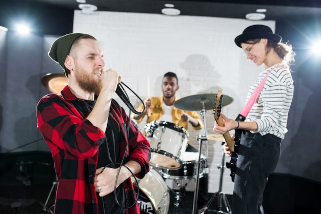 Рок-группа выступает на сцене