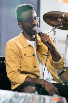 Африканский певец в студии звукозаписи
