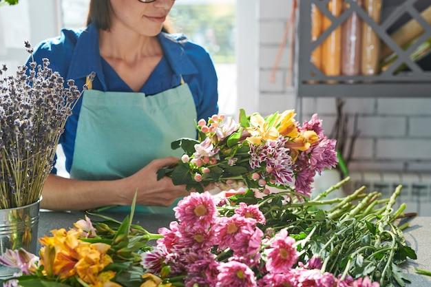 Флорист, собирающий красивые цветы