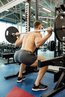 Сильный человек делает тяжелую атлетику