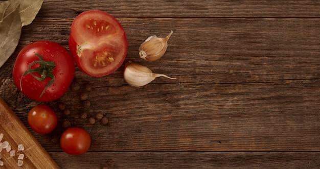 自然な木製のテーブルに野菜と調味料の素敵な自家製静物