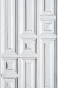 Текстура старой двери с геометрическим рисунком фона крупным планом