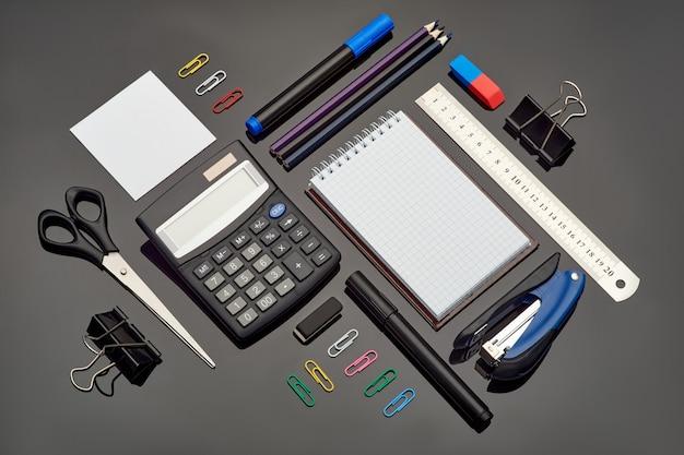 ガラス上の異なる学校の文房具と電卓の構成