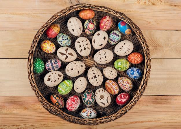 Пасхальные яйца в гнезде на деревенской деревянной стене