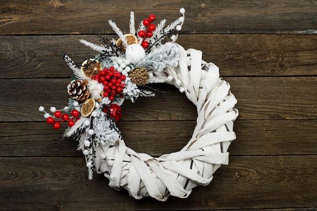 Белый плетеный венок