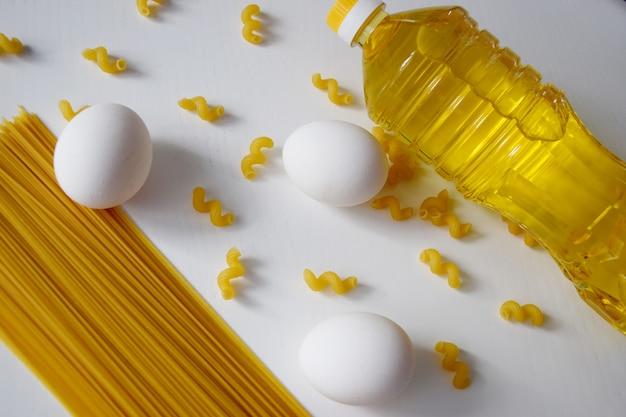 Куриные яйца, макароны, фузилли, подсолнечное масло