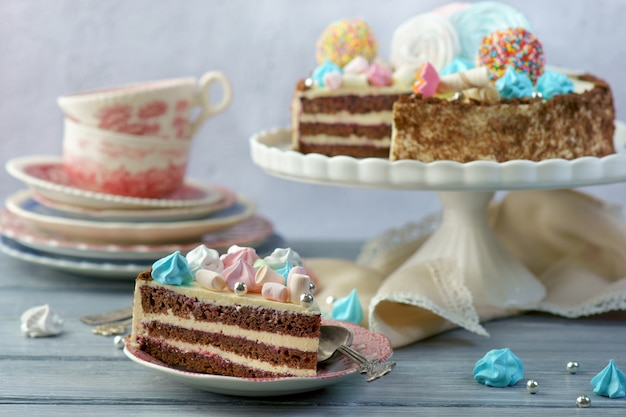バタークリームとお祝いチョコレートケーキ