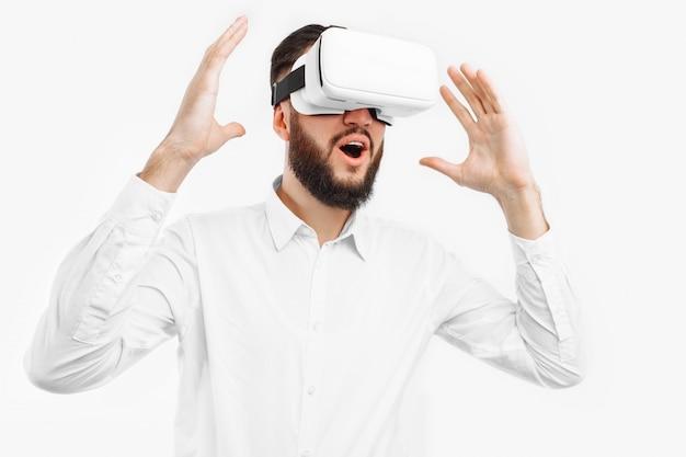 Мужчина в виртуальных очках, крупный план, на белой стене