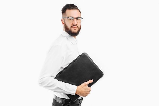 眼鏡の実業家、白い壁に彼の手でフォルダーを持つ男