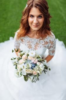 Красивая невеста в природе, портрет девушки в белом платье