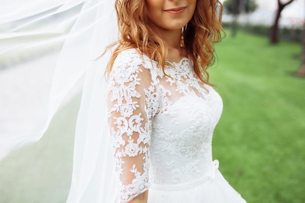 自然の中で美しい花嫁、白いドレスの少女の肖像画