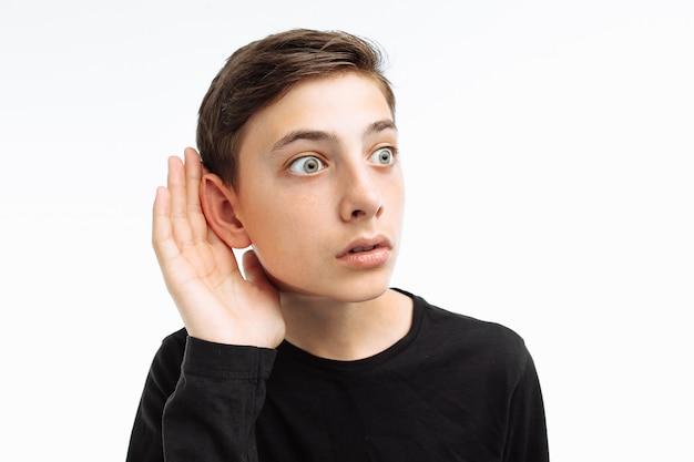 Портрет подростка слушает
