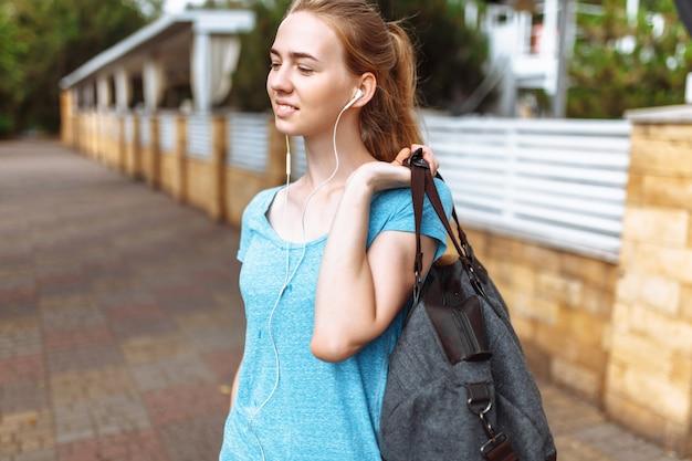 Молодая женщина слушает музыку