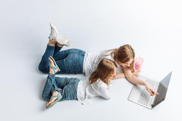 姉妹またはママが娘の映画を見たり、オンラインショッピングをしている