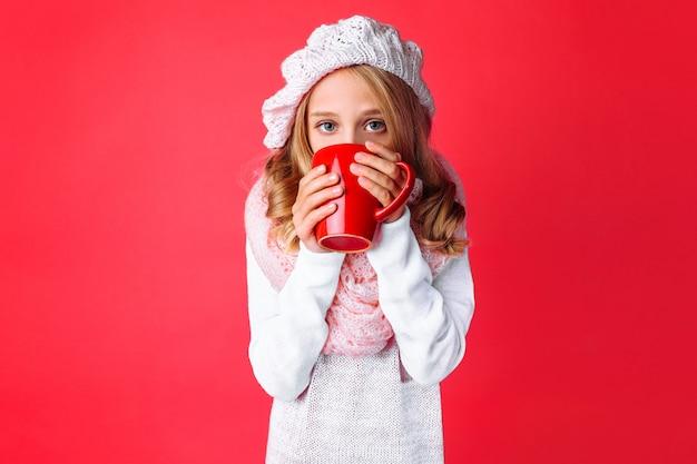 お茶のマグでかわいい十代の少女