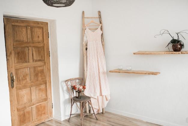 花嫁の寝室。結婚式のインテリア。朝の花嫁料金
