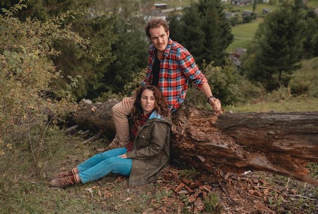 羊の牧草地で一緒にロマンチックなカップル。