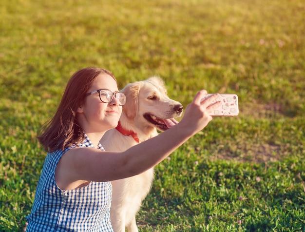 幸せな犬レトリーバーと公園で自然を楽しんでいる所有者