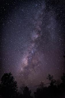 天の川。星とともに美しい夏の夜の空。バックグラウンド。