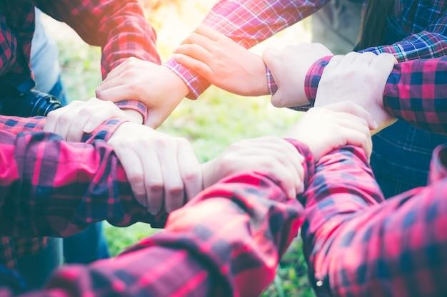 彼らの手に加わる人々のグループ。チームワークのコンセプト。