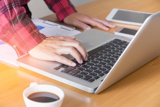 Деловая женщина, используя портативный компьютер.
