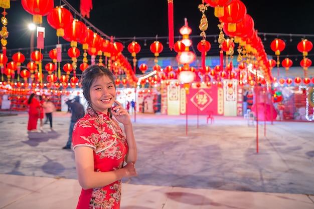 赤いランタンと笑顔のアジア女性