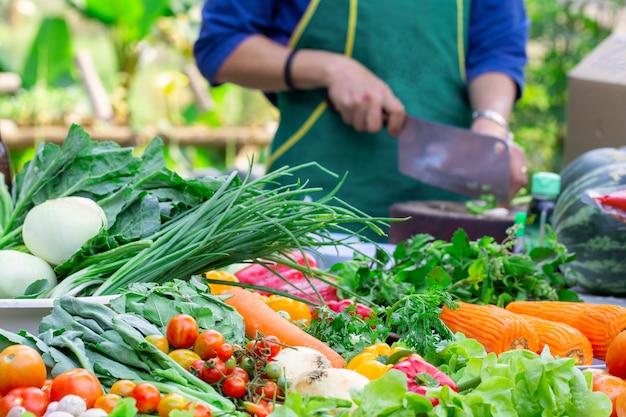 Ассорти из свежих спелых фруктов и овощей