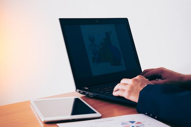 Деловой человек, работающих в офисе с ноутбуком и документы на своем столе