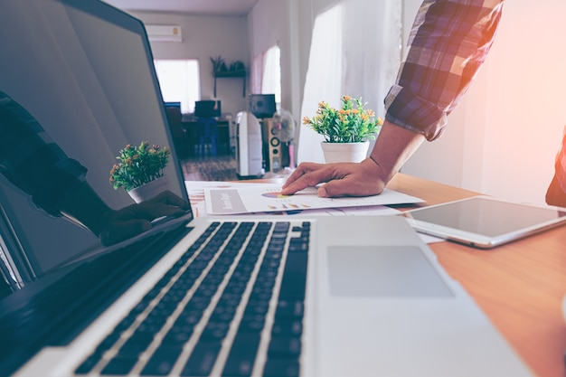 Деловой человек, работающий в офисе и документы на своем столе