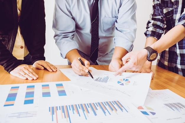 Бизнес - три специалиста в офисе в деловой одежде при планировании стратегии будущего бизнеса
