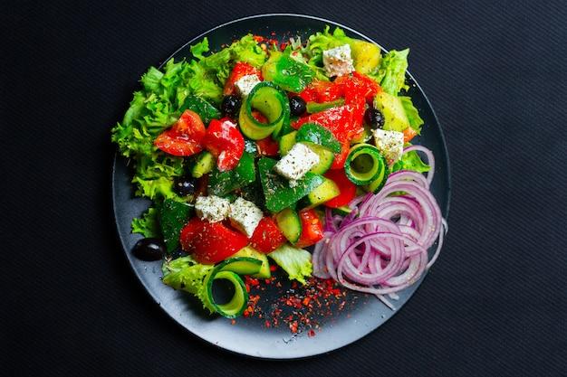 Салат с сыром фета. вид сверху. свободное место для вашего текста.