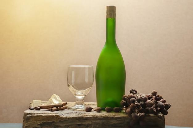Натюрморт из бокала и зеленой бутылки