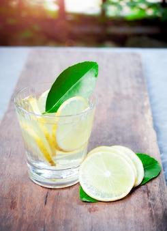 新鮮なモヒート、夏の木製の飲み物にグラスでカクテル。
