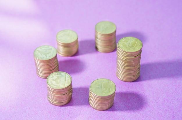 ピンクの背景に成長しているスタッキングコインの投資
